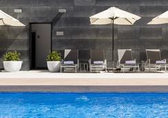 伊鲁尼阿垂姆康福特尔酒店 - 马德里 - 游泳池