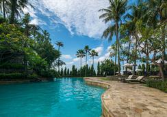 泗水jw万豪酒店 - 泗水 - 游泳池