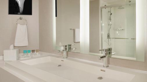 雷迪森洛杉矶机场酒店 - 洛杉矶 - 浴室