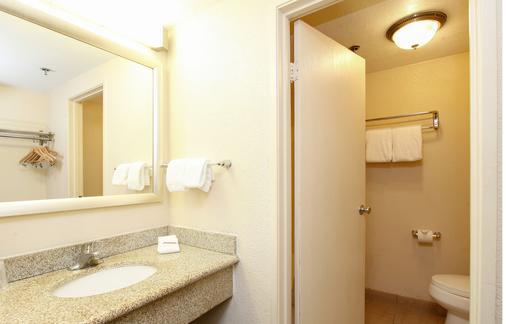 安大略机场红顶酒店 - 安大略 - 浴室