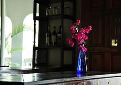 一双凉鞋海滨旅馆 - 家庭旅馆 - 圣托马斯岛 - 酒吧