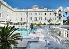 德班斯大酒店 - 里乔内 - 游泳池