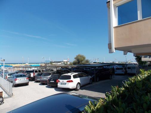 加兰迪娜酒店 - 里米尼 - 停车场