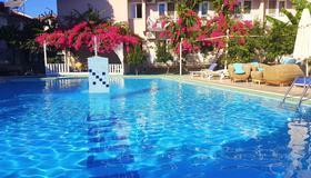 达里扬皇家卡里亚酒店 - 达利安 - 游泳池