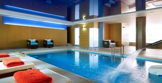 马卡利斯套房酒店及水疗中心 - 罗希姆诺 - 游泳池