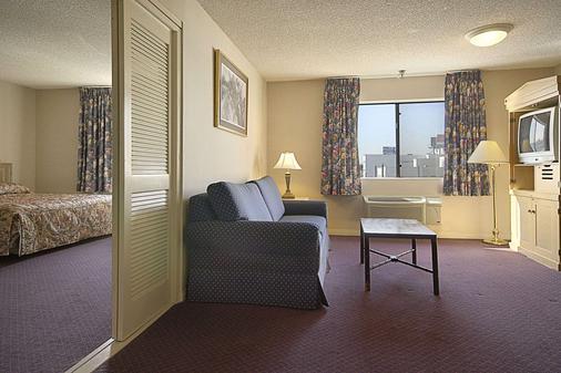 华美达威尔希尔酒店 - 洛杉矶 - 客厅