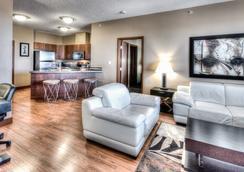 格兰帕拉利波多兰公寓式酒店 - Grande Prairie - 客厅