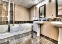 格兰帕拉利波多兰公寓式酒店 - Grande Prairie - 浴室