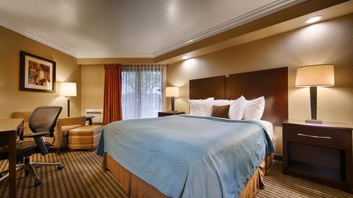 贝斯特韦斯特葡萄酒之乡套房酒店 - 圣罗莎 - 睡房