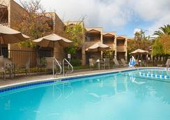 贝斯特韦斯特葡萄酒之乡套房酒店 - 圣罗莎 - 游泳池