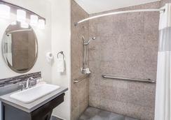 蒙特雷市区戴斯酒店 - 蒙特雷 - 浴室
