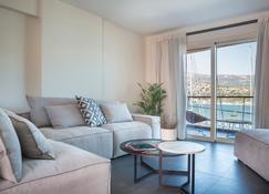 阿尔戈斯托里海滨套房酒店 - 亚各斯托良 - 客厅