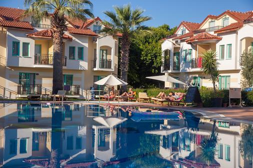 瑞彬海滩酒店 - 费特希耶 - 游泳池