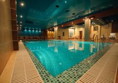 皇家公园俱乐部酒店 - 基希訥烏 - 游泳池