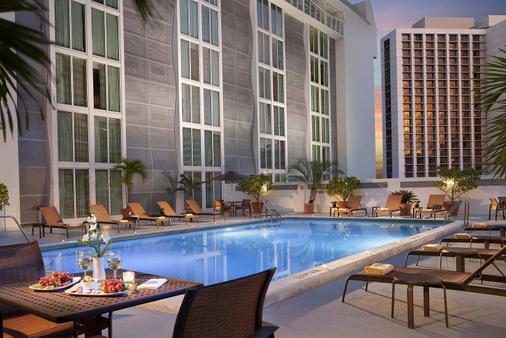 迈阿密城中万怡酒店 - 迈阿密 - 游泳池