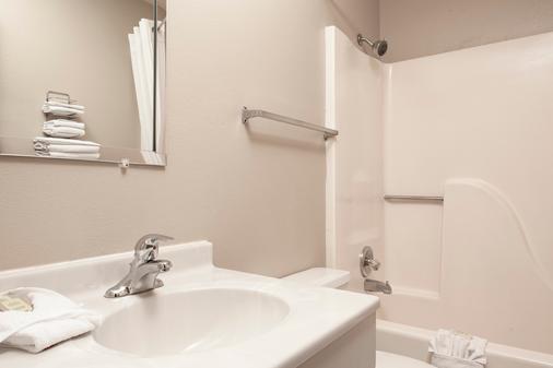 堪萨斯曼哈顿温德姆速 8 酒店 - 曼哈顿 - 浴室