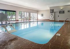爱荷华市/科洛威尔汉普顿酒店 - 珊瑚村 - 游泳池