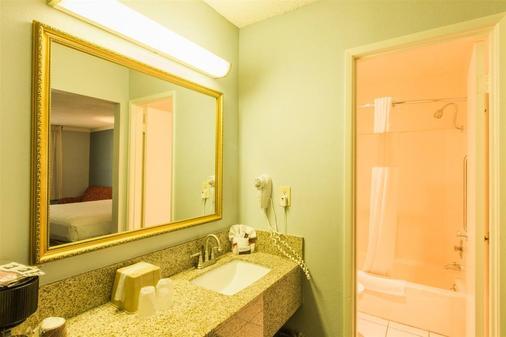 阿纳海姆布埃纳公园凯艺套房酒店 - 比埃纳帕克 - 浴室