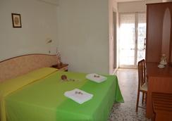 Hotel Holiday - 米萨诺阿德里亚蒂科 - 睡房