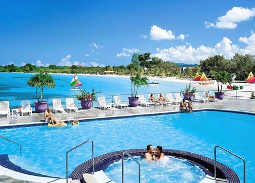 尼格瑞尔大海滩自然酒店 - 式 - 尼格瑞尔 - 游泳池