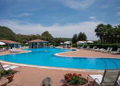 地质乡村疗养度假村 - 奥尔比亚 - 游泳池