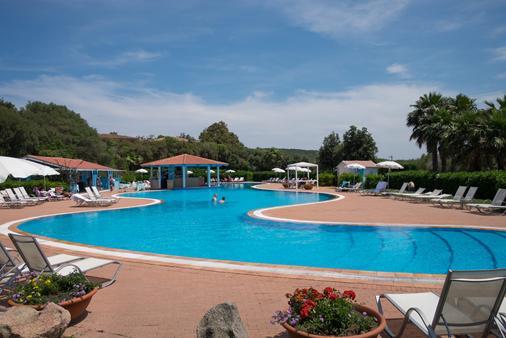 吉奥运动疗养度假村 - 奥尔比亚 - 游泳池