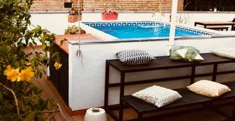 塞维利亚与共同工作绿洲背包客青年旅舍 - 塞维利亚 - 游泳池