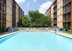 纽瓦克机场温德姆花园酒店 - 纽瓦克 - 游泳池