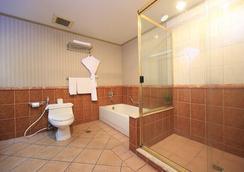 无限大厦套房酒店 - 马卡蒂 - 浴室