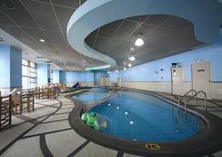 无限大厦套房酒店 - 马卡蒂 - 游泳池
