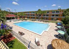 老城区伦巴套房酒店 - 基西米 - 游泳池