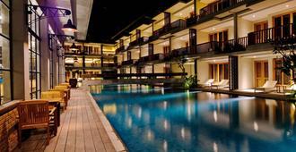 巴厘岛贝拉瓦港湾套房酒店 - 仓古 - 建筑