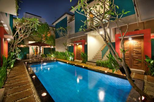 绿色朱尔加套房酒店 - 库塔 - 游泳池