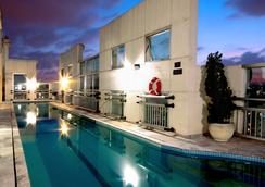 奥斯卡弗莱雷舒适套房酒店 - 圣保罗 - 游泳池