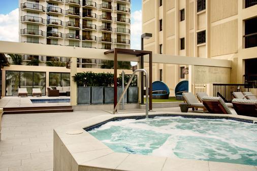雅诗顿威基基海滩大厦全套房式度假村 - 檀香山 - 游泳池
