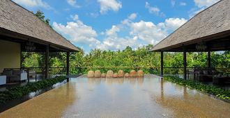 柯玛尼卡比斯玛度假村 - 乌布 - 游泳池