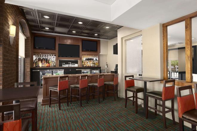巴尔的摩内港戴斯酒店 - 巴尔的摩 - 酒吧