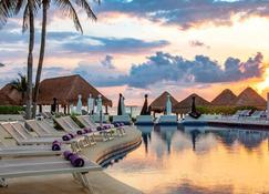 坎昆帕拉迪苏酒店 - 坎昆 - 游泳池