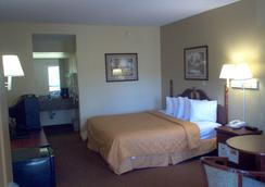 市中心戴斯酒店&套房 - 萨凡纳 - 睡房