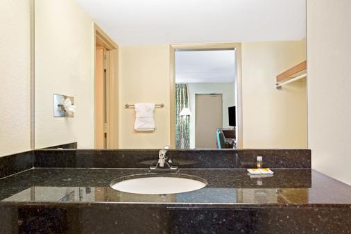 奥兰多机场/佛罗里达购物中心戴斯酒店 - 奥兰多 - 浴室