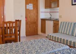 鲁克斯马尔公寓酒店 - 伊维萨镇 - 睡房