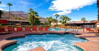 卡连特热带酒店 - 棕榈泉 - 游泳池