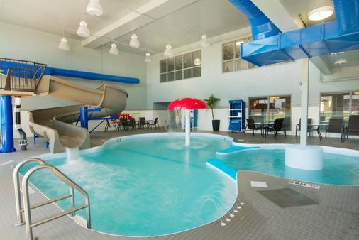 拉雷多贝斯特贝斯特韦斯特PLUS酒店 - Regina - 游泳池