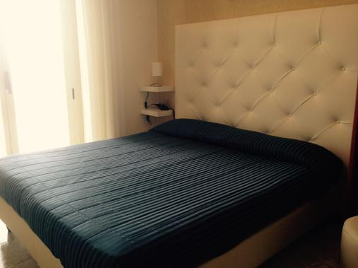 海滨马尔海滩生活酒店 - 里米尼 - 睡房