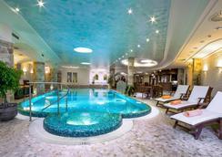 卡尔斯巴德广场医疗Spa和康体酒店 - 卡罗维发利 - 游泳池