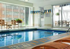 温哥华山峰市区万豪酒店 - 温哥华 - 游泳池