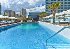 巴塞罗那达尔哥诺玛希尔顿酒店 - 巴塞罗那 - 游泳池