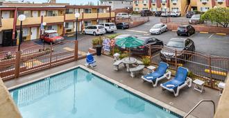 高速公路南好莱坞旅馆 - 洛杉矶 - 游泳池