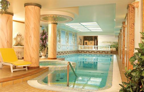 富丽堂皇的宫殿酒店 - Limone sul Garda - 游泳池
