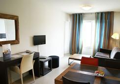 利伯特瓦纳中央公寓式酒店 - 瓦纳 - 客厅